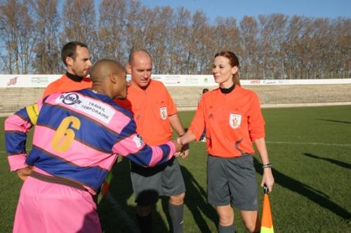 Nathalie s'apprêtant à officier pour le match Béziers vs Bagnols (Division d'Honneur) - photo N. Deltort