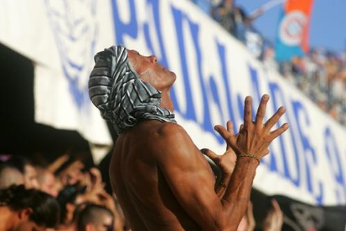 Comme avant chaque match de Montpellier, Farid invoque les Dieux de la Mosson (photo N. Deltort)