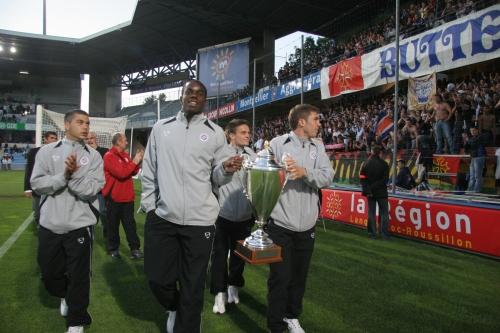 A gauche, Teddy Mezague portant la Coupe Gambardella lors d'un tour d'honneur à la mi-temps de Montpellier - Ajaccio au stade de la Mosson (photo N. Deltort