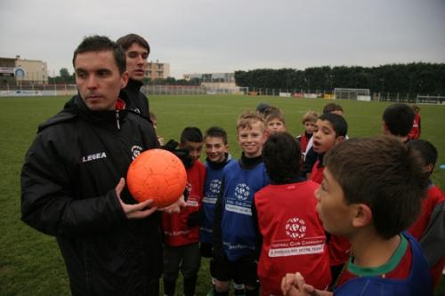 Le coach avec les Benjamins du GC Lunel (photo N. Deltort)