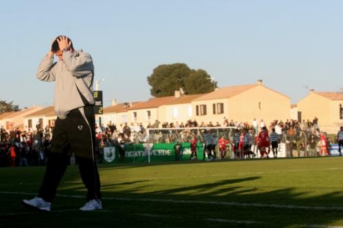 Thierry Laurey, le coach du FC Sète, peut se prendre la tête à deux mains. En concédant la défaite à domicile face à Nîmes, les Maritimes s'éloignent du podium (photo N. Deltort)