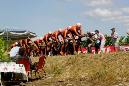 L'équipe Euskatel en contre la montre autour de Montpellier lors de la 4e étape le 6 juillet 2009 (photo N. Deltort)