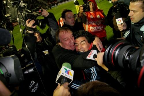 Bilardo et Maradona célébrant la qualification de l'Argentine pour la Coupe du monde 2010 (photo N. Deltort)